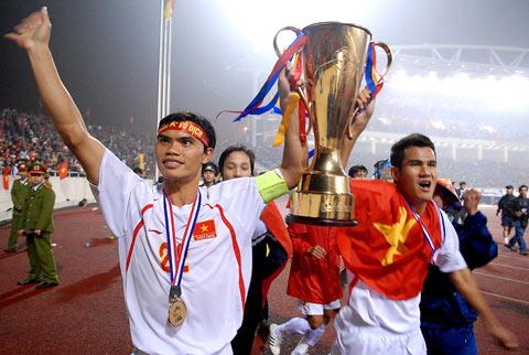 Tài Em và Thanh Bình nâng cao cúp vô địch cùng đội tuyển chạy quanh đường piste để cảm ơn Cổ động viên - vnexpress.net