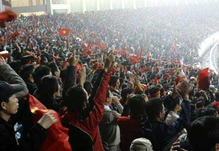 Khán đài rực l�a vỡ òa trong niềm vui chiến thắng - vietnam.net