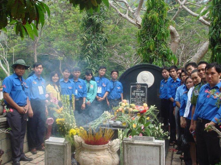 Đoàn TpHCM tại phần mộ của nữ anh hùng Võ Thị Sáu