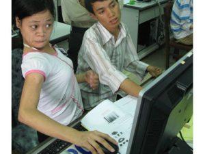 Bị liệt nửa người bẩm sinh nhưng bạn Nguyễn Thị Kim Thanh đã vượt qua chính mình để làm bạn với máy vi tính. Từ Gia Lai, bạn đến TP.HCM ở nội trú và theo học tại Trường ĐH Văn Lang - Ảnh: H.B.