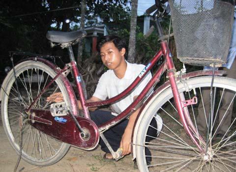 Chiếc xe đạp sẽ cùng Dũng bước vào cuộc đời sinh viên. Ảnh: Hoàng Táo