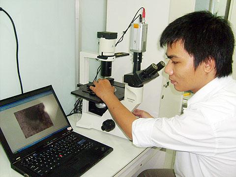 Với một bộ kính hiển vi kết nối máy tính, nhiều người có thể cùng sử dụng một lúc và hình ảnh cũng được phóng đại hơn so với lúc quan sát trực tiếp.