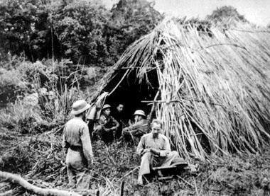 Hồ Chủ Tịch làm việc trước lều dựng tạm trên đường đi Chiến dịch Biên giới năm 1950. (ảnh tư liệu)