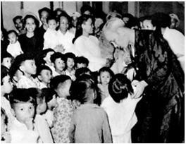 Bác Hồ tới thǎm các cháu thiếu nhi miền Nam tập kết ra Bắc ở tỉnh Thanh Hoá (1957)